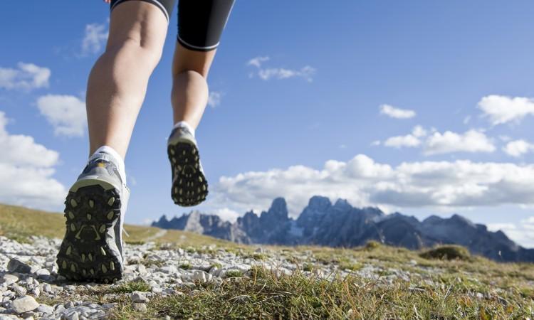 ¿Cómo elegir el calzado correcto para correr por la montaña?