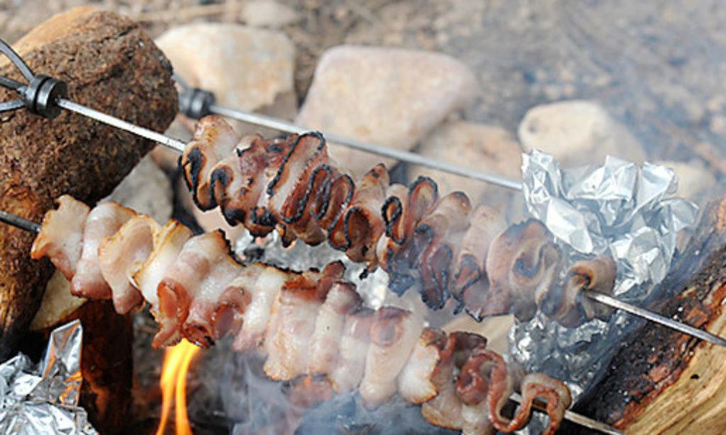 Receta: Brochetas de pollo con tocino, comida outdoor