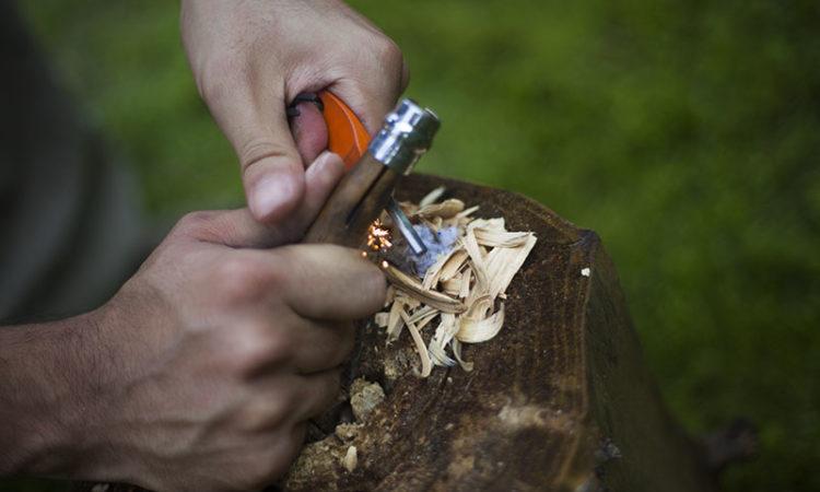 ¿Cómo utilizar el pedernal en campamento?